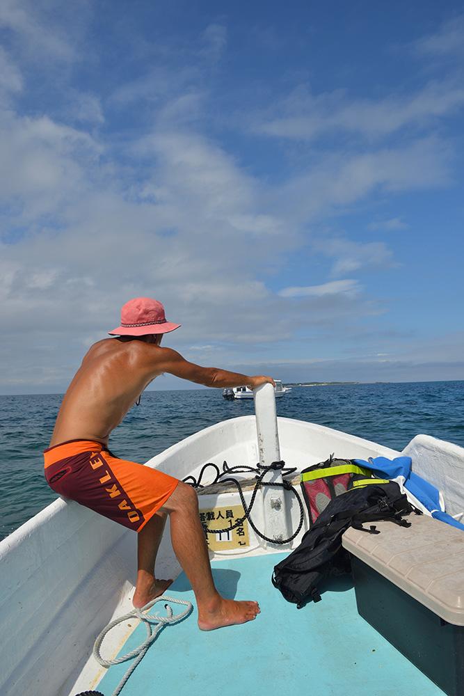 港からコマカ島へ小ボート
